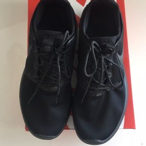 Nike Shoes - NIKE ROSHE two 7.5